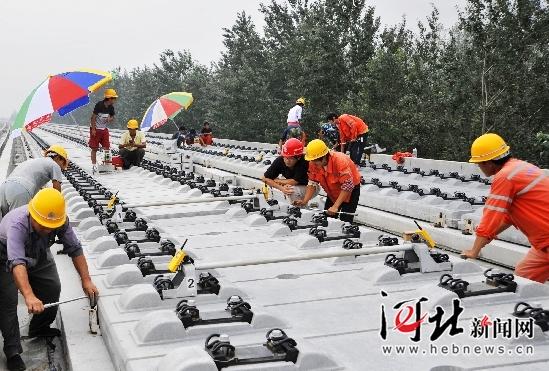 石武高铁工程全面展开无砟轨道板铺设