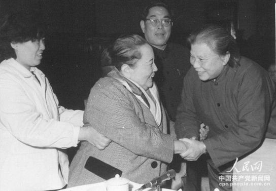 1980年,康克清与宋庆龄合影.